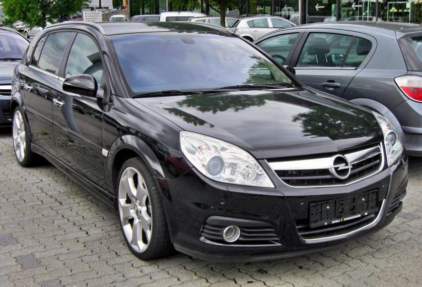 Schwarzer Opel Signum Frontansicht