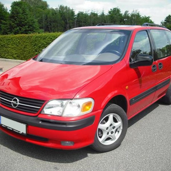 Roter Opel Sintra Frontansicht