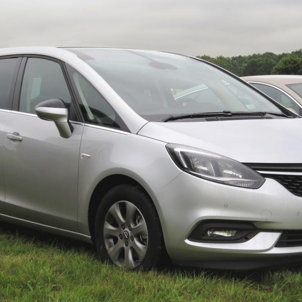 Silberner Opel Zafira Seitenansicht