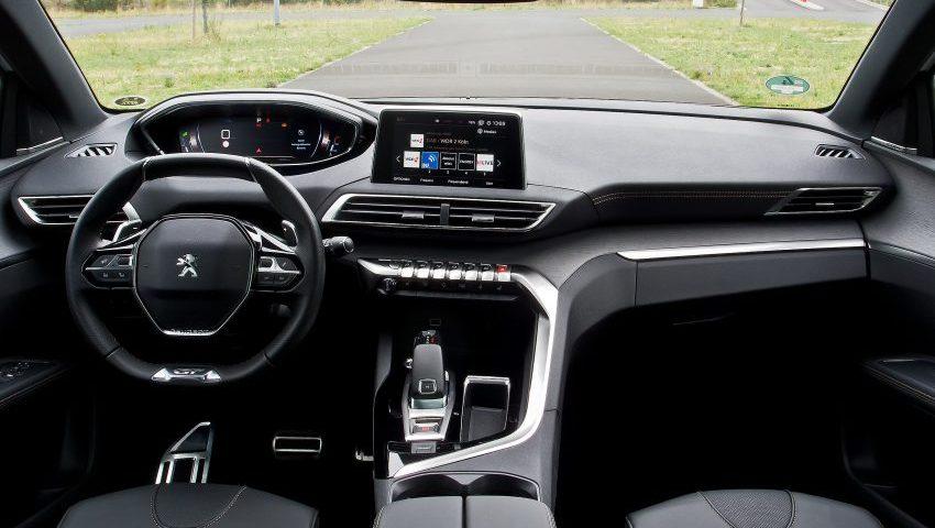 Innenansicht eines Peugeot 5008 mit Navi-Bildschirm