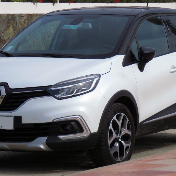 Schwarz-Weisser Renault Captur in der Seitenansicht