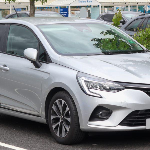 Seitenansicht eines silbernen Renault Clio