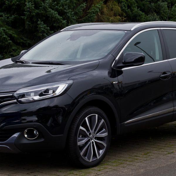 Seitenansicht eines schwarzen Renault Kadjar