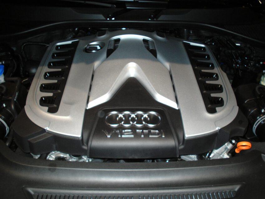 Zwölfzylinder V12 TDI Motor eines Audi Q7