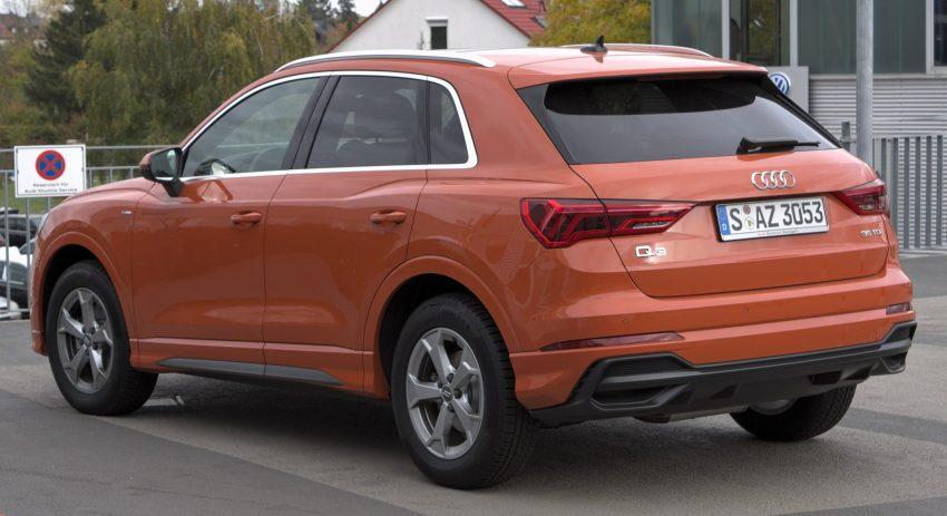 Audi Q3 (orange) mit 35 TDI Motor in der Heckansicht
