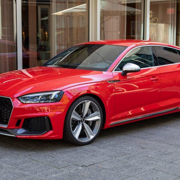 Audi RS5 rot in der Seitenansicht