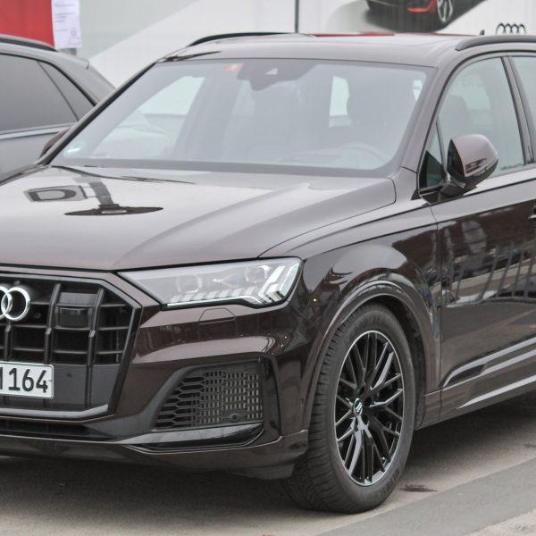 Brauner Audi SQ7 / Front-Seitenansicht