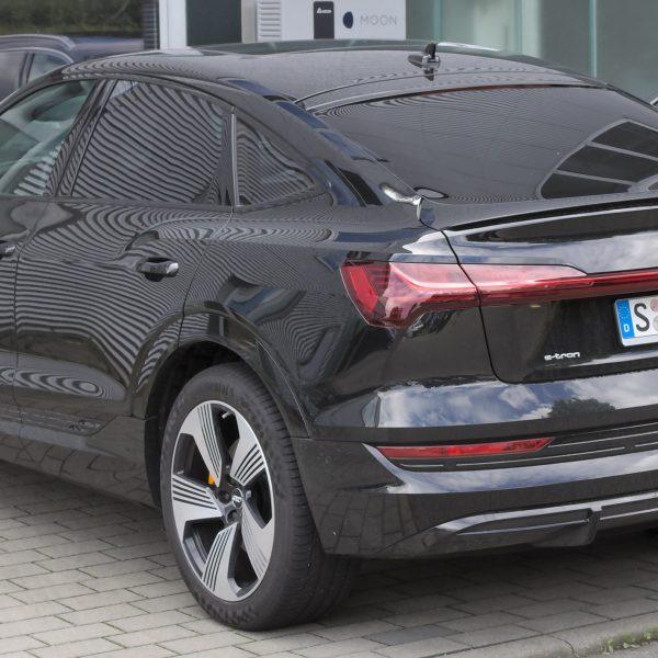 Heckansicht schwarzer Audi e-tron Sportback MJ 2020