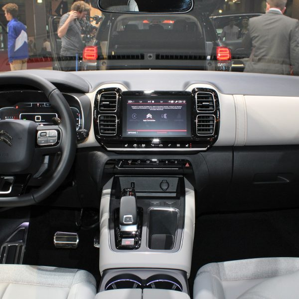 Cockpit des Citroen C5 Aircross mit Navi Display