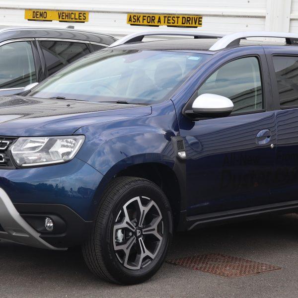 Seitenansicht eines blauen Dacia Duster 2
