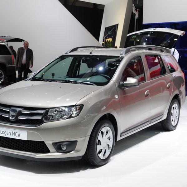 Seitenansicht eines silbernen Dacia Logan MCV