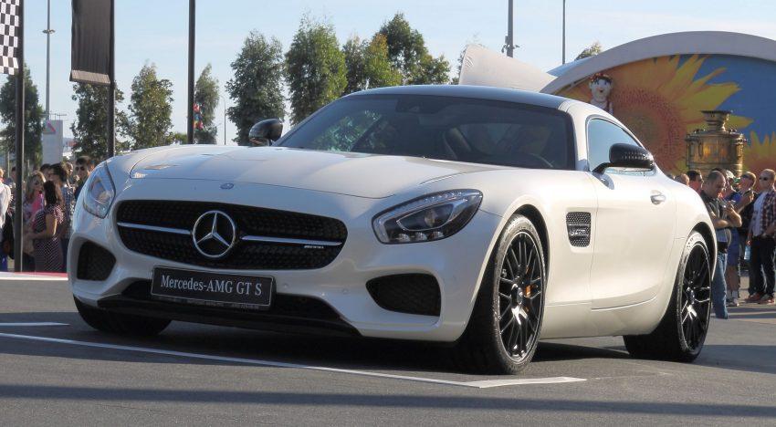 Frontansicht eines weißen Mercedes AMG GT S