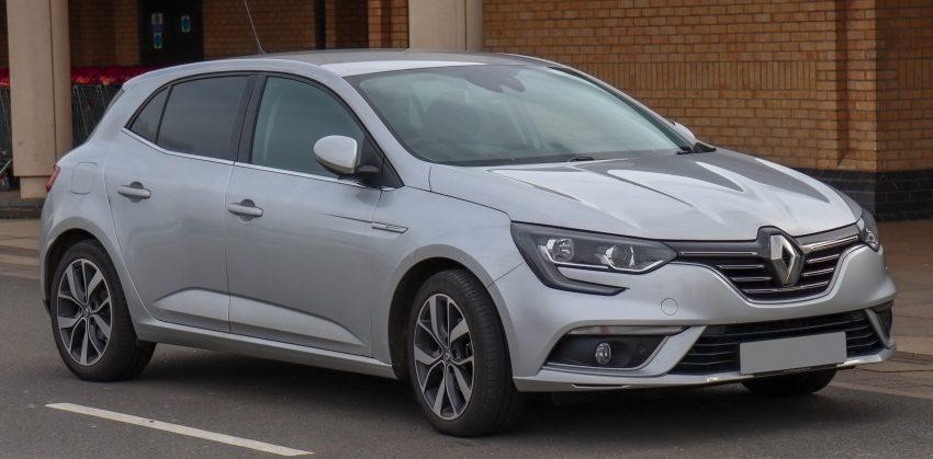 Seitenansicht eines silbernen Renault Megane