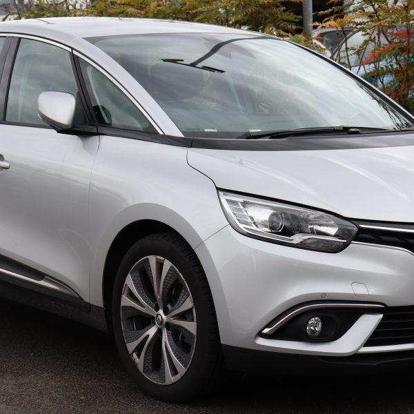 Seitenansicht eines silbernen Renault Scenic 4