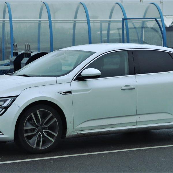 Seitenansicht eines weißen Renault Talisman