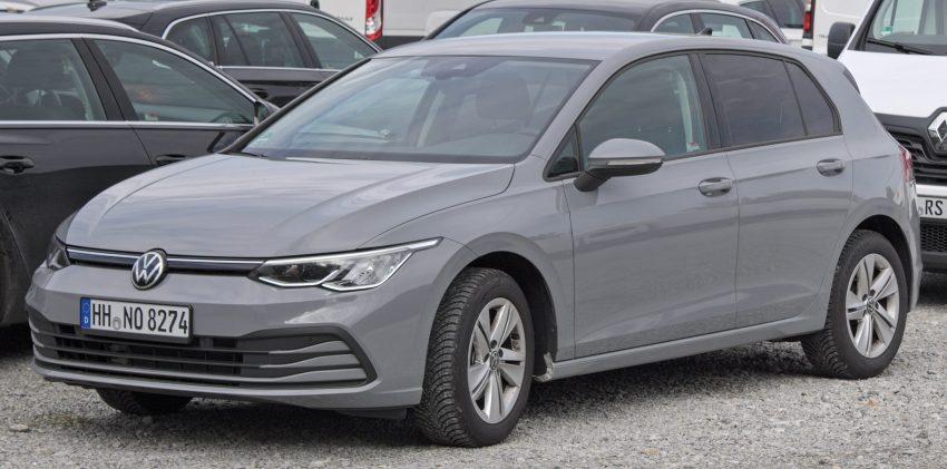 Grauer VW Golf 8 in der Seitenansicht