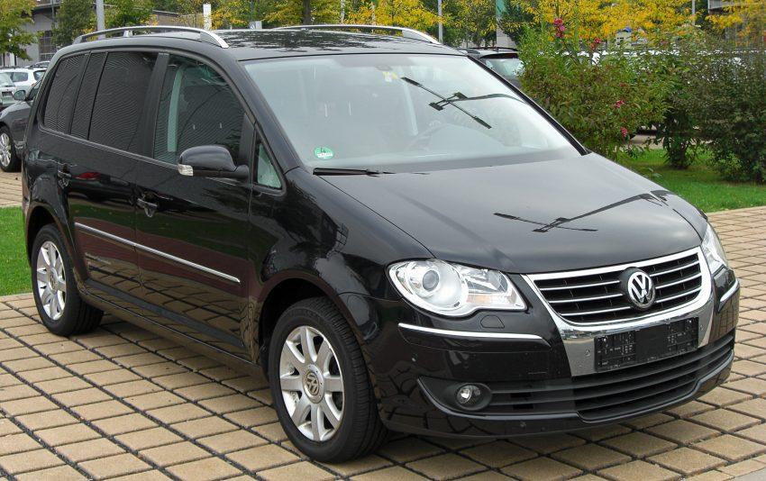 Frontansicht eines schwarzen VW Touran I
