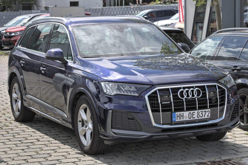 Blauer Audi Q7 Baujahr 2019 Frontansicht