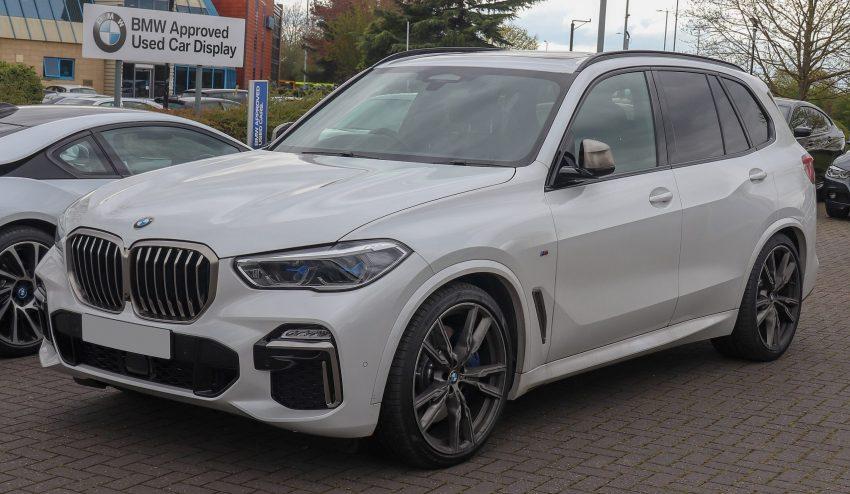 Weißer BMW X5 M50d Frontansicht