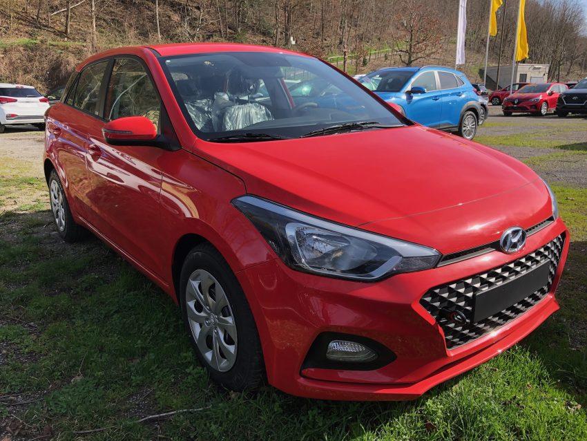 Hyundai i20 rot Frontansicht auf Scheinwerfer