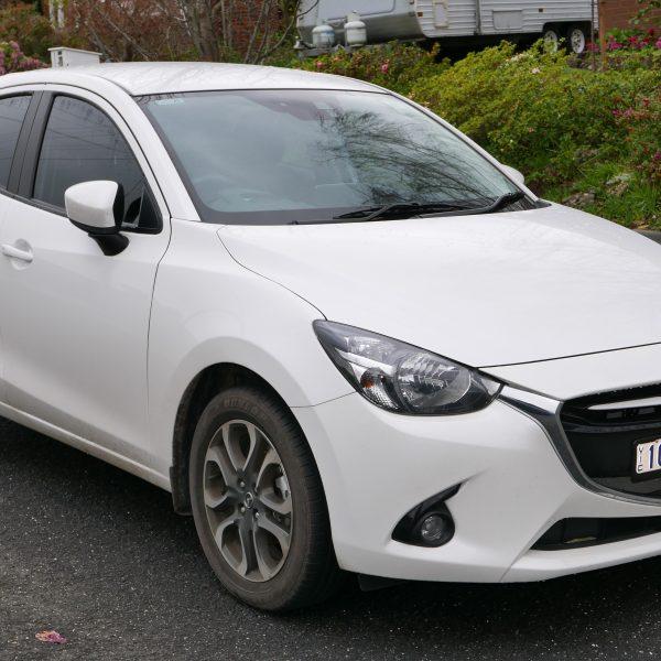 Seitenansicht eines weißen Mazda 2