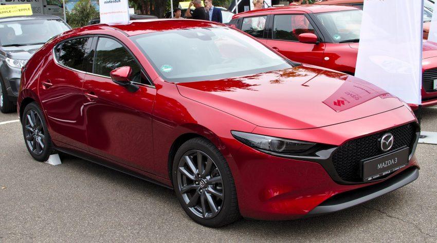Seitenansicht eines roten Mazda 3