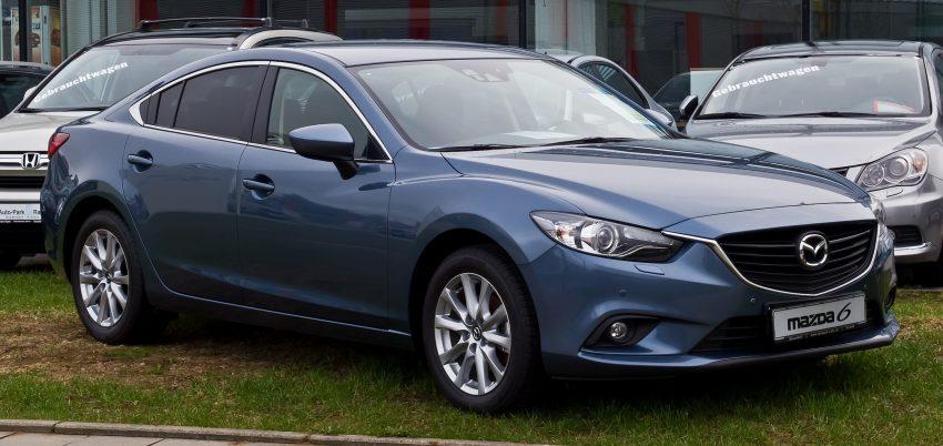 Seitenansicht eines blauen Mazda 6