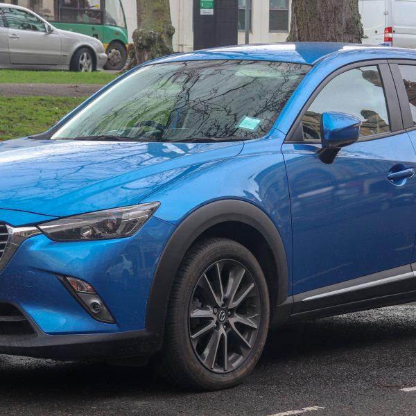 Seitenansicht eines blauen Mazda CX-3
