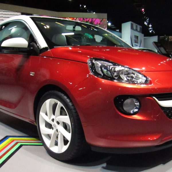 Roter Opel Adam (Frontansicht)