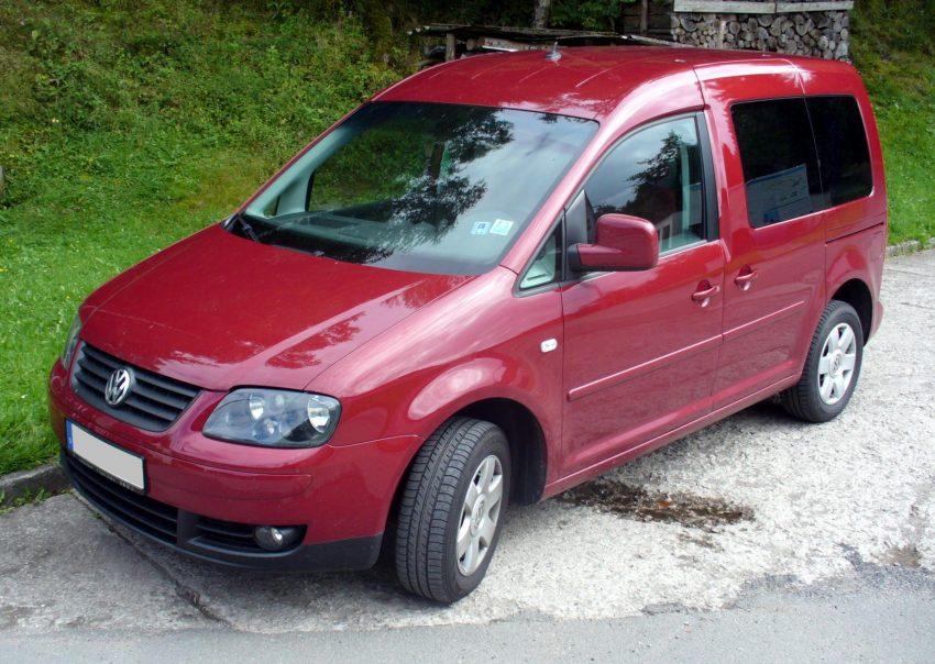 Roter VW Caddy, Seitenansicht