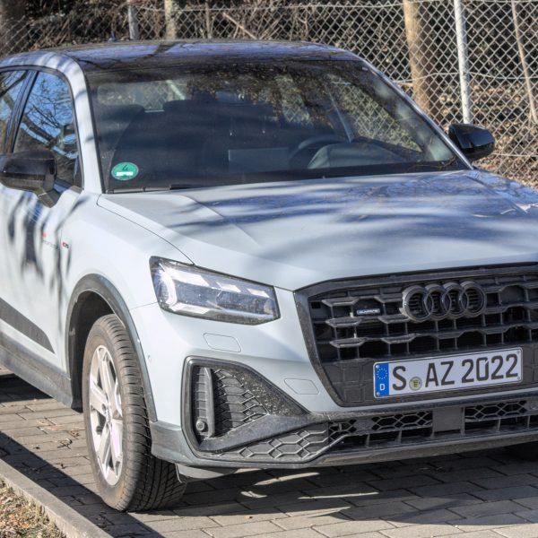 Frontansicht eines grauen Audi Q2