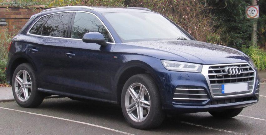 Audi Q5 blau Seitenansicht (nass)