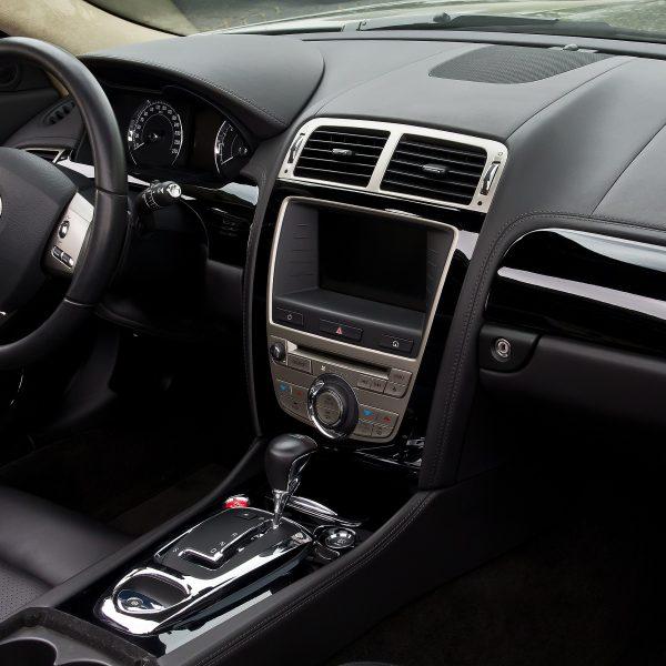 Innenraum Jaguar XKR mit Navi Display