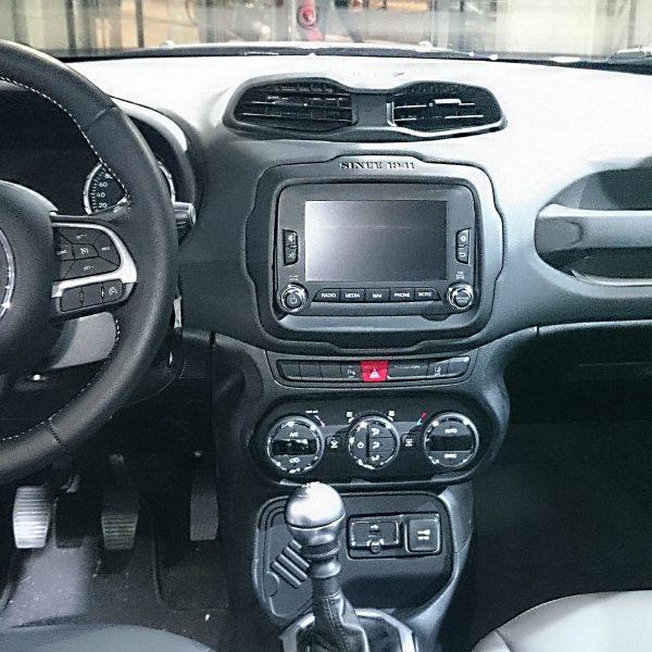 Navi Display eines Jeep Renegade