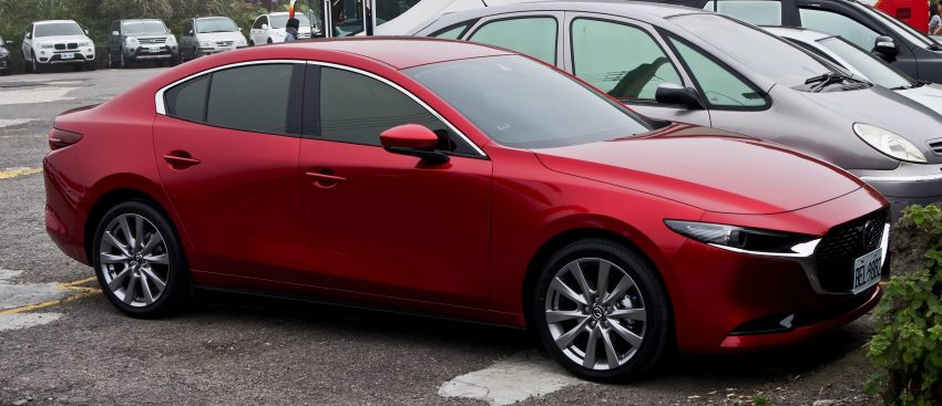 Seitenansicht eines roten Mazda 3 Fastback