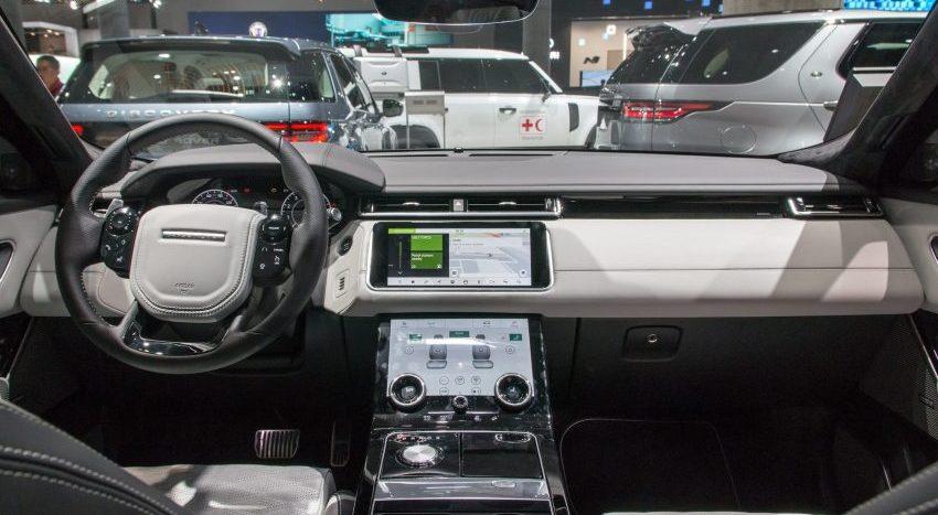 Cockpit eines Range Rover Evoque mit Navi