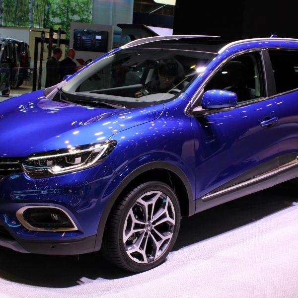 Seitenansicht eines blauen Renault Kadjar