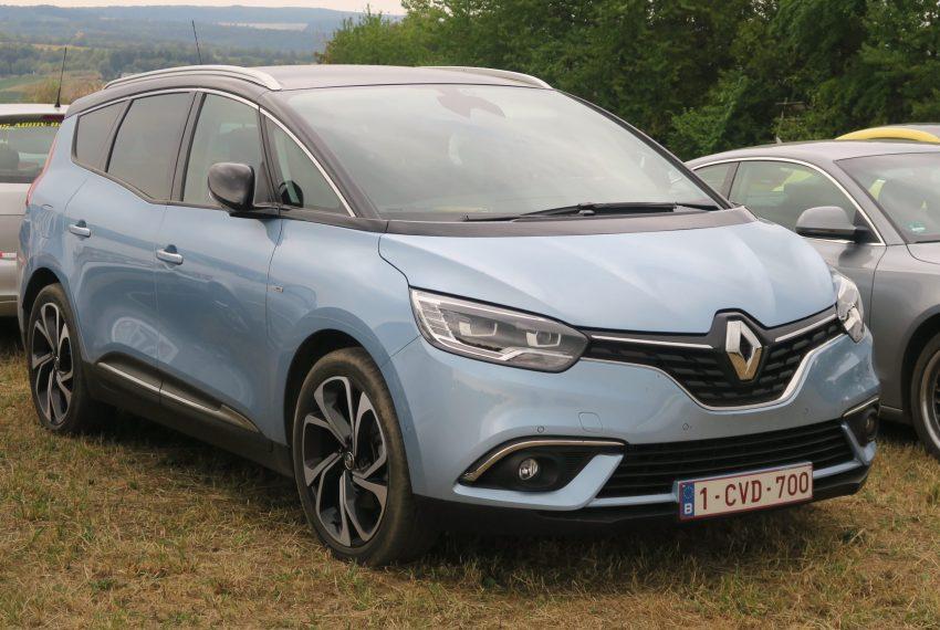 Frontansicht eines hellblauen Renault Scenic