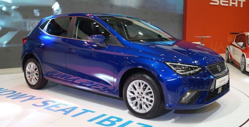 Blauer Seat Ibiza V Seitenansicht
