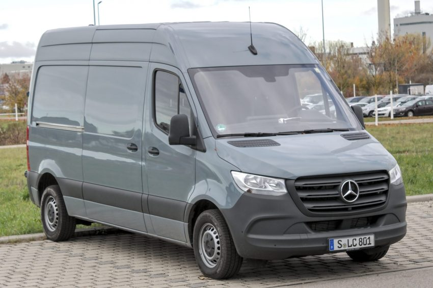 Seitenansicht eines grauen Mercedes Sprinter