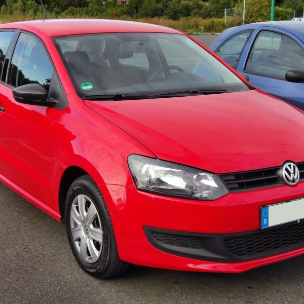 Roter VW Polo V Frontansicht