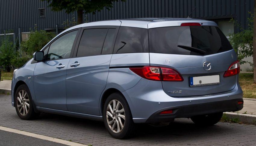 Heckansicht eines hellblauen Mazda 5