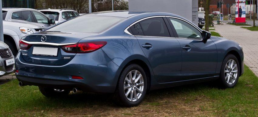 Heckansicht eines blauen Mazda 6