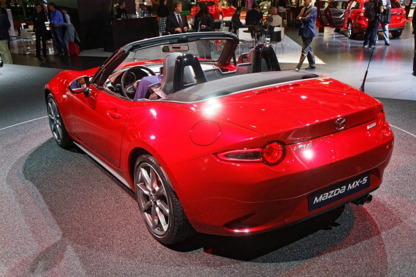 Heckansicht eines roten Mazda MX-5