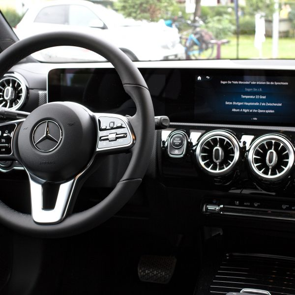Mercedes Benz Infotainment MBUX Display