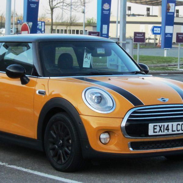 Frontansicht eines orangenen Mini Cooper