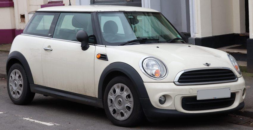 Frontansicht eines cremefarbenen Mini One