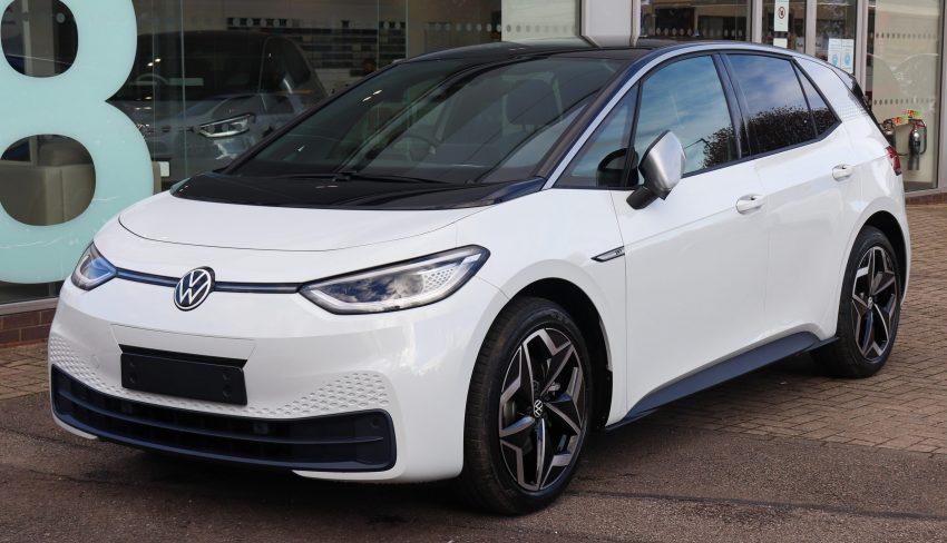 Frontansicht eines weißen VW ID.3 1st