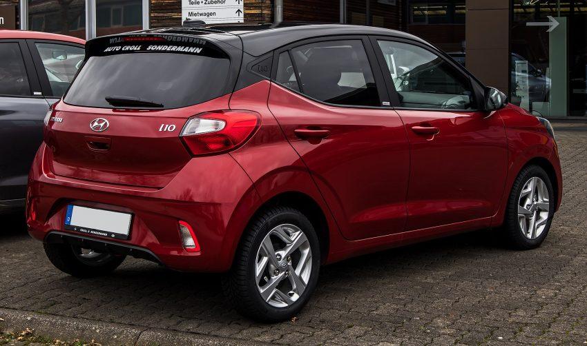 Heckansicht eines roten Hyundai i10