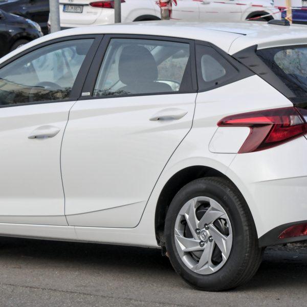 Heckansicht eines weißen Hyundai i20